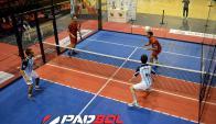 De a dos. El juego enfrente a dos parejas que juegan un deporte que fusiona padel y fútbil. (Foto: Padbol Uruguay)