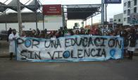 Manifestación frente al Juzgado de Las Piedras en apoyo a maestra de la escuela 244, agredida por una madre, 22 de junio de 2015. Foto: Chelin Cabrera Aída/Facebook