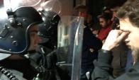 Policías y funcionarios de salud pública discuten en edificio de ASSE. Foto: F. Ponzetto