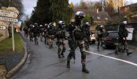Fuerzas especiales de la Policía francesa recorren pueblo de Corcy. Foto: AFP.