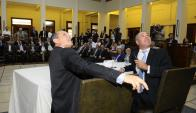 Casaravilla y Sitjar miran los resultados finales en la pantalla de la Bolsa de Valores. Foto: D. Borrelli