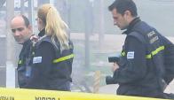 Efectivos de la Policía Científica trabajan en la zapatería donde fue herido un agente de 40 años.