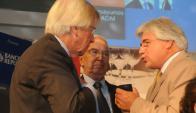 El presidente del BROU junto a los ministros Astori y Aguerre. Foto: Francisco Flores