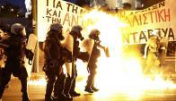 Grupos de encapuchados entre manifestantes arrojaron molotovs a la Policía.  Foto. Reuters