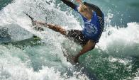 El surfista Tanner Rozunko en la final masculina del US Open de Surf en Huntington Beach, California.