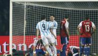 Lionel Messi y Gonzalo Higuaín en el Argentina - Paraguay. Foto: AFP