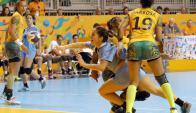 Lógico. Las jugadoras uruguayas no pudieron con las campeonas mundiales. Foto: EFE