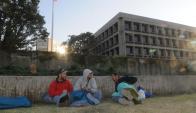 Los ex presos de Guantánamo amanecieron frente a la embajada. Foto: F. Flores
