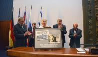Lanzaron sellos postales en homenaje a las víctimas del Holocausto. Foto: Presidencia
