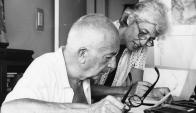 Massera con su esposa Martha Valentini, tras ser liberado en 1984. Foto. Archivo El País