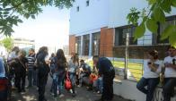 Ayer profesores recibieron noticia del desalojo y de manera inmediata fueron a negociar. Foto: F. Flores.