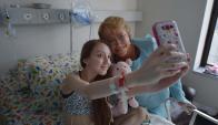 Valentina Maureira se sacó una selfie con Bachelet. Foto: AFP