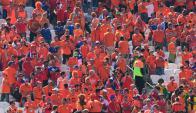 Hinchada de Holanda previo al partido contra Chile. Foto: AFP
