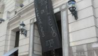 Judiciales comenzaron a cubrir de negro los Tribunales. Foto: F.Flores.