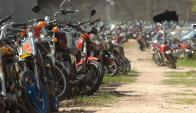 Miles de motos decomisadas por inspectores de la Intendencia se pudren a la intemperie.