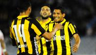 Alegría. Píriz, Palacios y Albarracín en pleno festejo. Partido más que liquidado: 4-1.