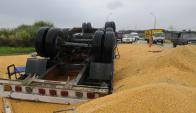 Un camión cargado de granos volcó en la ruta 102. Foto: Ariel Colmegna