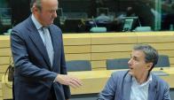 De Guindos dialoga con su par griego, Euclid Tsakalotos. Foto: EFE