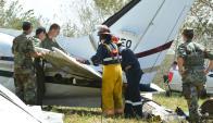 Peritos de la FAU y bomberos recogen muestras del avión argentino caído. Foto: R. Figueredo