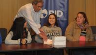 """Taiana Ceballo recibe el premio por el video """"La Diferencia"""". Foto: Francisco Flores."""