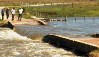 Debido a las intensas lluvias el puente de Paso de las Mercedes se partió. Foto: N. Araújo