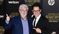 George Lucas y J.J. Abrams en la premiere. Foto: AFP