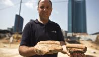 Arqueólogo sujeta fragmentos de las vasijas que usaban los egipcios para hacer cerveza. Foto: Reuters
