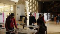En el hall de la Facultad de Arquitectura se presentan diversas muestras. Foto: F. Flores