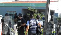 Los policías se enteraron del operativo de los geriátricos al entrar al Juzgado. Foto: Luis Pérez.