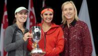 Mirza y Hinghis con la legendaria Nvratilova y la copa. Foto EFE