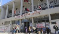La fachada del IPA está cubierta por reclamos de estudiantes.