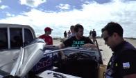 Policía acomoda en una camioneta una caja con la mochila de Lola. Foto: Subrayado