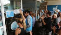 En días pasados los vecinos se movilizaron con pancartas para protestar frente a las oficinas de OSE Foto: Ricardo Figueredo