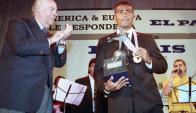 El Dr. Daniel Scheck, Administrador General de El País, premió a Romario. Foto: Archivo El País.