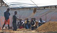 Trabajadores cavan en un cementerio de Monrovia, que será destinado a las víctimas. Foto: AFP