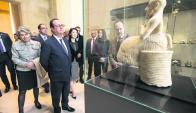 Hollande observa valiosas piezas en el Louvre. Foto: AFP.