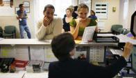 Dos jóvenes se presentan ante un centro de búsqueda de empleo en Miami. Foto: AFP