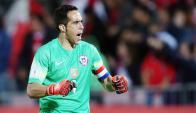 Claudio Bravo, golero y capitán de Chile. Foto: EFE