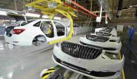 Ya funcionan robots que sueldan, miden y testean piezas de autos. Foto: Reuters.