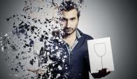 El juego de la copa de cristal es uno de los preferidos del mago uruguayo Ketchedjian.