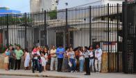 Cada día aumenta el número de cubanos que solicitan visa para viajar a Miami. Foto: AFP.