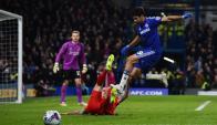 Diego Costa pisando a Martin Skrtel en el Chelsea-Liverpool. Foto: AFP