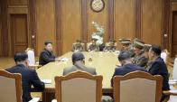 """Kim Jong un presidendo el comando militar que declaró el """"estado de guerra"""". Foto: Reuters"""
