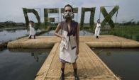 Las modelos desfilaron contra la contaminación del agua por la industria textil. Foto: AFP