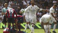 Sergio Ramos se lamenta de la chance errada. Le costó el empate a Real Madrid. Foto: EFE