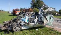 A causa del fuerte impacto frontal, el auto quedó reducido a chatarra. Foto: El Telégrafo