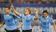 Diego Forlán junto a Sebastián Eguren y Álvaro González celebrando el gol en Asunción. Archivo: El País