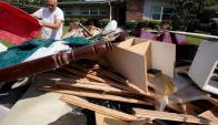 Un habitante de la zona suroeste de Houston amontona los restos de su vivienda. Foto: AFP.