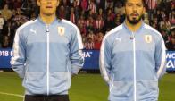 Edinson Cavani y Luis Suárez cantando el himno en el Defensores del Chaco. Foto: @Uruguay
