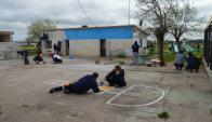 Un grupo de voluntarios está pintando la Escuela Rural N° 64. Foto: Daniel Rojas